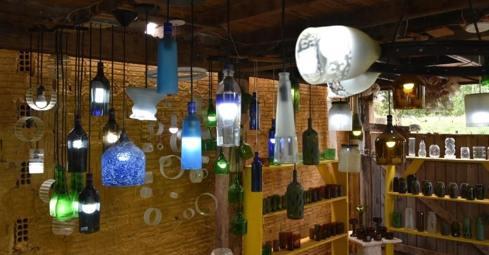 Luminárias feitas com garrafa de vidro pela empresa Casa do Vidro, arrendada pela ong Associação Amigos do Rio Formoso de Bonito (MS)