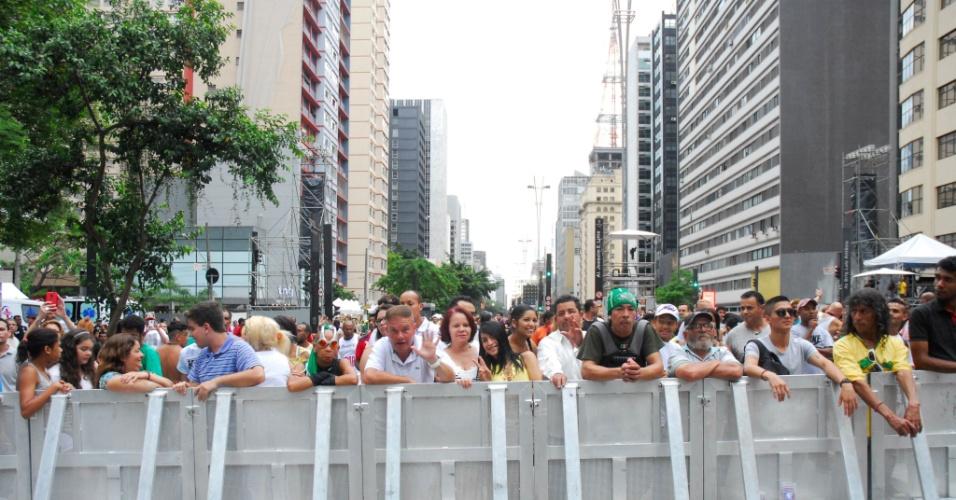 31.dez.2016 - Público se reúne na avenida Paulista, em São Paulo, para acompanhar a programação de shows em comemoração ao Ano-Novo