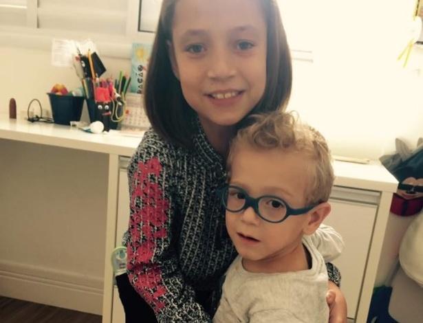 Isabela e Chico nasceram com gastroesquise e precisam passar por cirurgia na Inglaterra