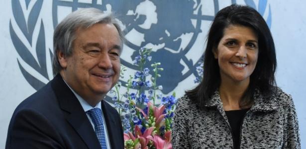 A embaixadora dos EUA na ONU, Nikki Haley, entrega suas credenciais ao secretário-geral da ONU, António Guterres, na sede do organismo em Nova York