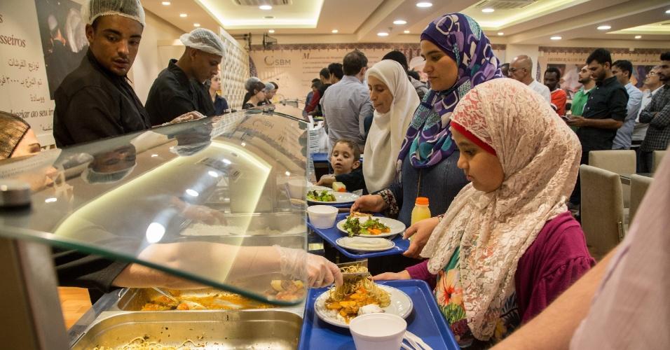 7.jun.2017 - Após a quebra do jejum, na Mesquita Brasil, em SP, é servido um jantar típico árabe para os fiéis, durante do Ramadã