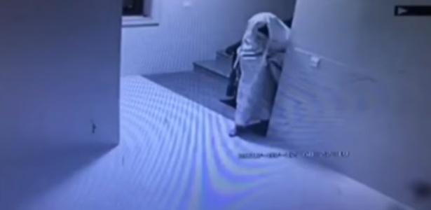 Ladrão apareceu nas câmera envolvido em um lençol branco - QZTV -1