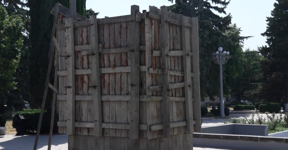 Tapumes cercam pedestal onde ficava a estátua de Stalin que foi removida, em Gori