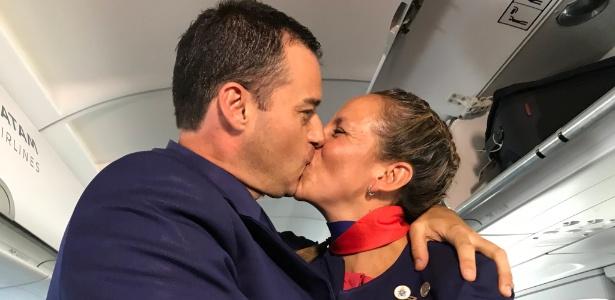 Casal se beija após casamento celebrado pelo papa Francisco durante voo no Chile