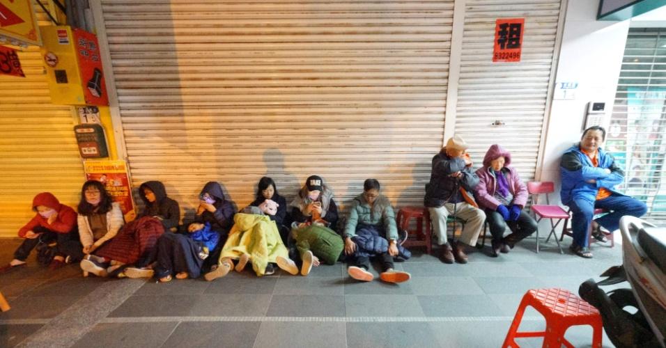 7.fev.2018 - Hóspedes do Hotel Marshal, muito afetado pelo terremoto, esperam na rua em Hualien, Taiwan