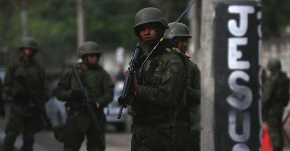 20.fev.2018 - Membros das Forças Armadas fazem patrulha na favela Kelson s db8cc79372cdb