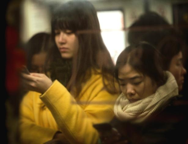 Chinesas viajam em vagão de metrô exclusivo para mulheres em Guangzhou, na China
