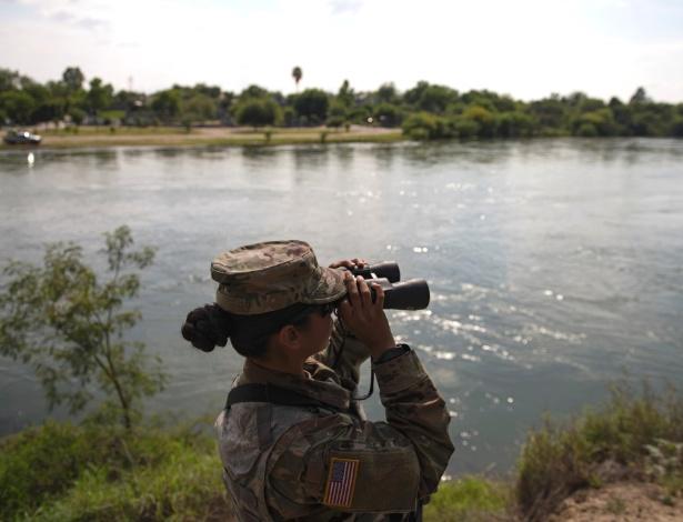Soldado da Guarda Nacional do Texas patrulha o rio Grande, no Texas