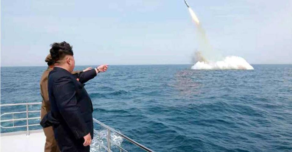 9.mai.15 - Jong-un acompanha lançamento de míssil balístico próximo a  Simpo, costa nordeste da Coreia do Norte