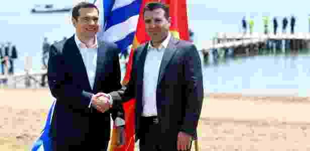 O primeiro-ministro da Grécia, Alexis Tsipras (à esq.) e o primeiro-ministro da Macedônia, Zoran Zaev (à dir.) assinam acordo que encerra disputa pelo nome Macedônia - Maja Zlatevska/AFP