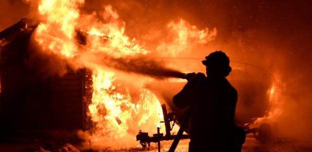 Bombeiros tentam apagar incêndio florestal que atingiu casa na Califórnia - Gene Blevins/Reuters