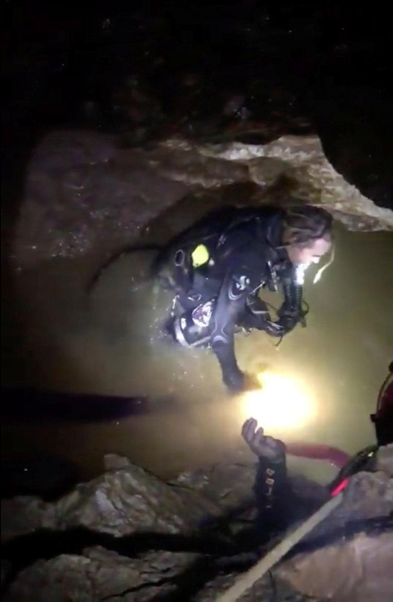 8.jul.2018 - Equipes de resgate são vistas antes da operação no complexo de cavernas de Tham Luang, iniciada às 10h deste domingo no horário local (0h no horário de Brasília)