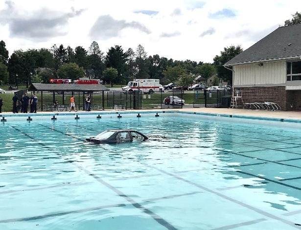Carro vai parar em piscina pública após acidente em Montgomery Village, nos EUA