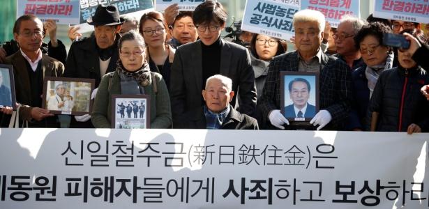 Das pessoas que moveram o processo, Lee Choon-shik (centro) é o único ainda vivo - Kim Hong-Ji/Reuters
