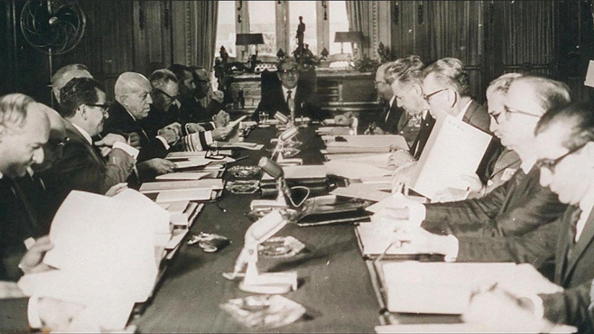 Mesa no Palácio das Laranjeiras durante a edição do AI-5 pelo então presidente Gen. Artur da Costa e Silva. Arquivo/Folhapress
