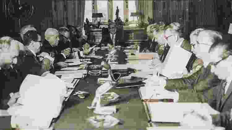 Mesa no Palácio das Laranjeiras durante a edição do AI-5 pelo então presidente Gen. Artur da Costa e Silva - Arquivo/Folhapress - Arquivo/Folhapress