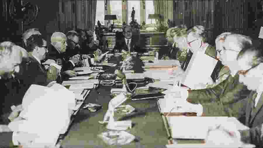 Mesa no Palácio das Laranjeiras durante a edição do AI-5 pelo general Artur da Costa e Silva - Arquivo/Folhapress