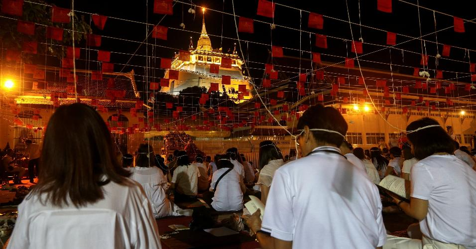 31.dez.2018 - Tailandeses rezam no templo  Wat Saket in Bangkok, na Montanha Dourada, na Tailândia, durante as comemorações de Ano-Novo