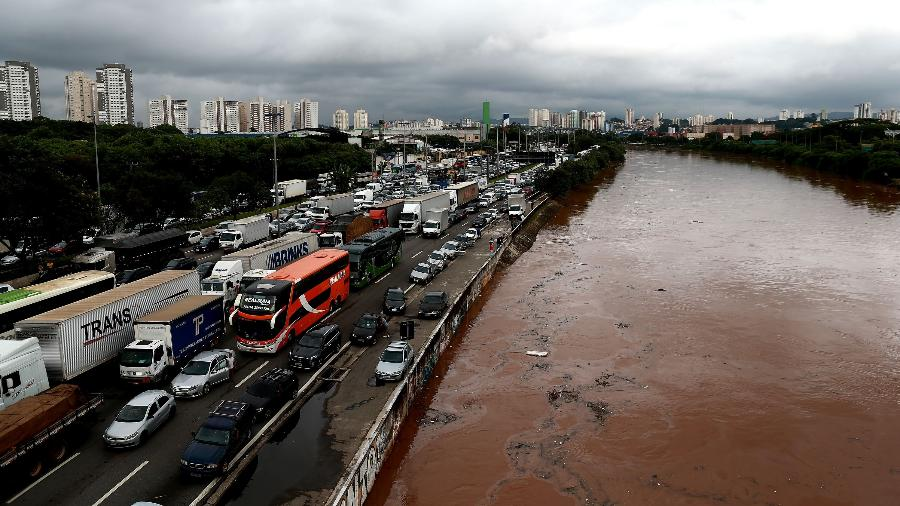 Motoristas enfrentam congestionamento na marginal Tietê - Hélvio Romero/Estadão Conteúdo