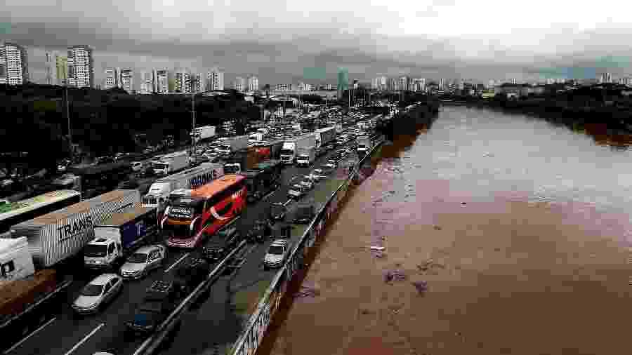 Motoristas enfrentam congestionamento na marginal Tietê, entre as pontes do Limão e Júlio de Mesquita Neto, na zona norte de São Paulo - Hélvio Romero/Estadão Conteúdo