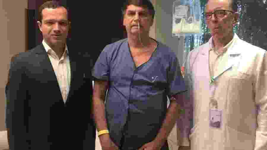O presidente Jair Bolsonaro entre os médicos Luiz Henrique Borsato e Antonio Luiz Macedo - Reprodução/Facebook