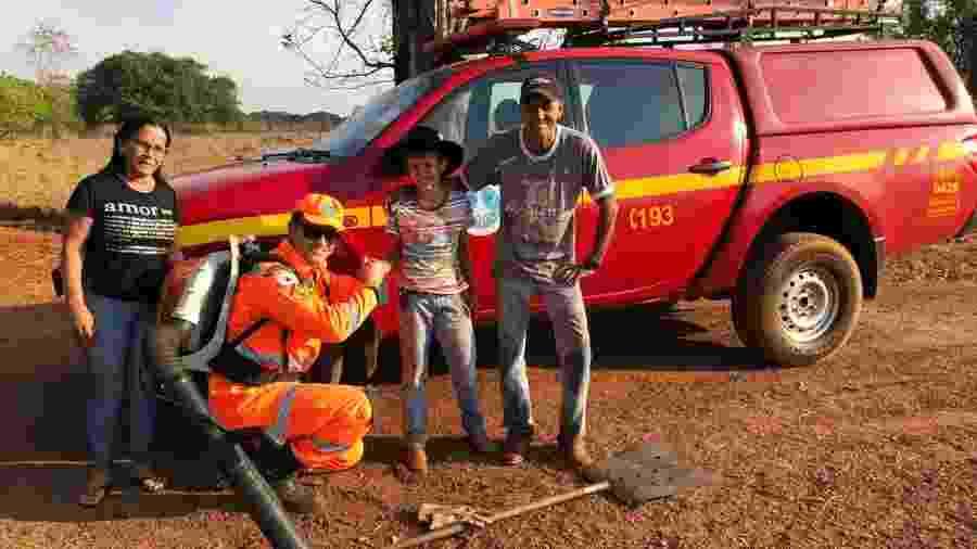 Lucas Rafael, 9, posa com bombeiro após evitar incêndio na casa dos avós - Divulgação