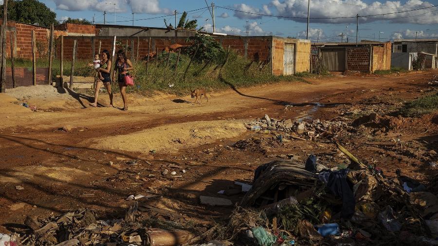 Moradoras caminham por rua de terra da comunidade Sol Nascente, em Ceilândia, uma das regiões mais pobres do DF - Lalo de Almeida/Folhapress
