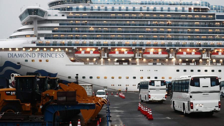 16.fev.2020 - Ônibus se aproximam do navio de cruzeiro Diamond Princess, atracado na Baía de Yokohama, no Japão, para retirar os passageiros que estavam isolados por conta da epidemia do novo coronavírus - Behrouz Mehri/AFP