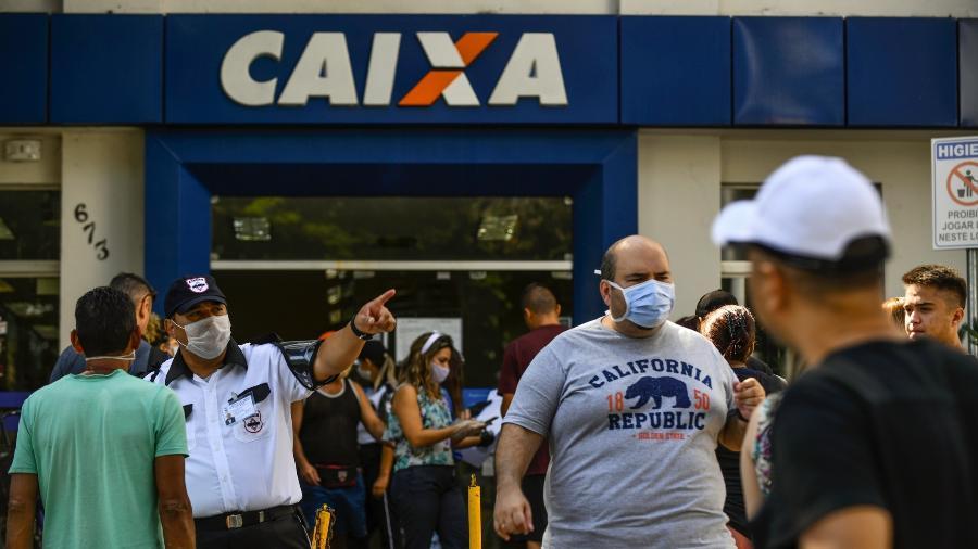 30.abr.2020 - Pessoas se aglomeram em frente a uma agência da Caixa enquanto esperam para sacar o auxílio emergencial de R$ 600 - Lucas Lacaz Ruiz/Estadão Conteúdo