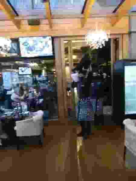 Garçons parodiam meme do caixão no Divino, bar e restaurante de Gramado (RS) - Reprodução