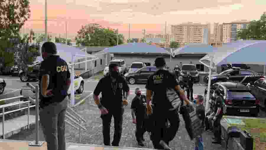 Policiais cumprem mandados em operação contra compra superfaturada de respiradores no Ceará - Divulgação/PF-CE
