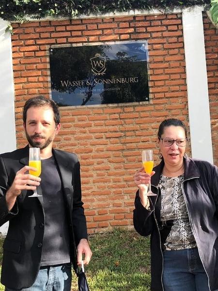 Heloísa de Carvalho, filha de Olavo de Carvalho, posou em frente à casa onde Queiroz foi encontrado para celebrar a prisão do ex-assessor - Reprodução/Instagram