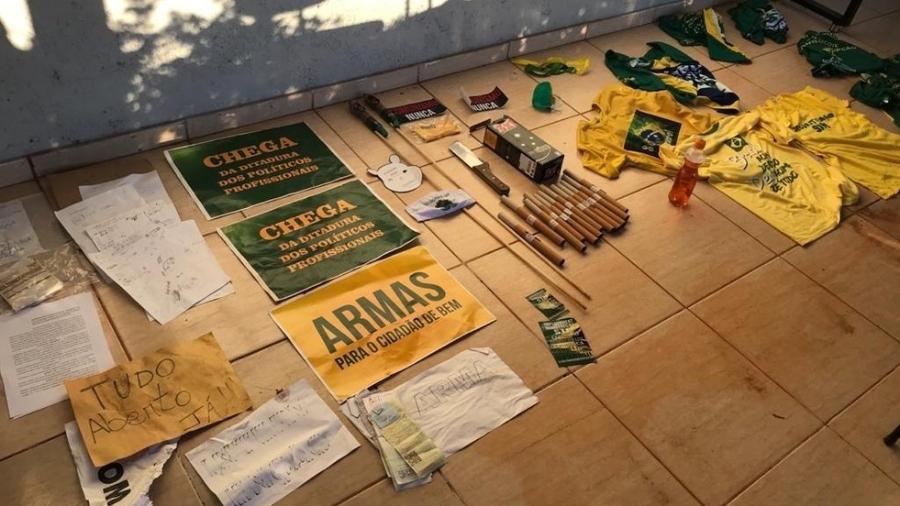 Material apreendido em uma chácara que funcionava como ponto de apoio de grupos extremistas pró-governo, no Distrito Federal - PCDF/Divulgação