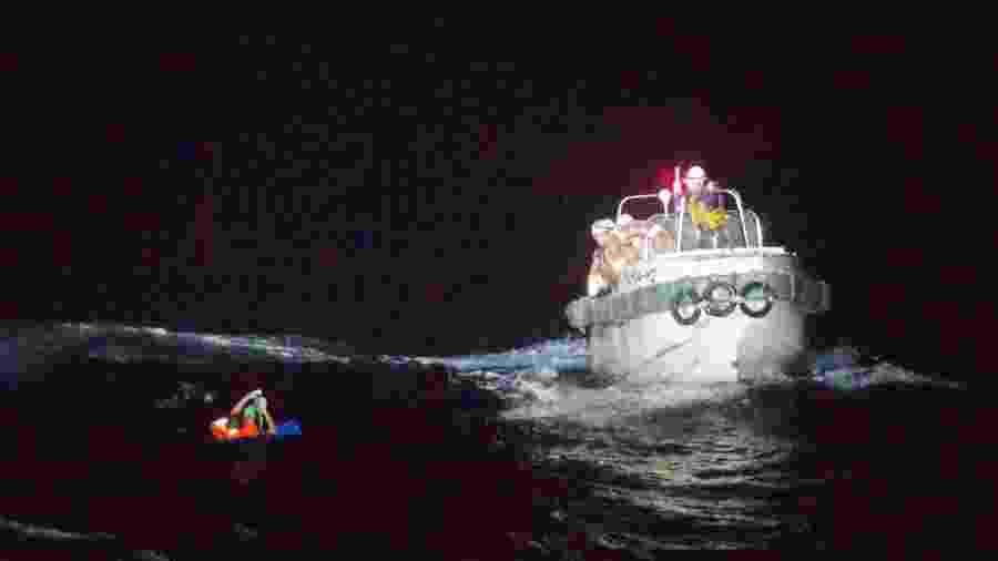 02.set.2020 - Guarda Costeira resgatou filipino que estava a bordo de navio que desapareceu no mar da China oriental durante passagem do tufão Maysak - Japan Coast Guard/Handout via Reuters