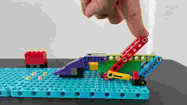 Lego Education: lança bola - detalhe a alavanca - Bruna Souza Cruz/Tilt - Bruna Souza Cruz/Tilt