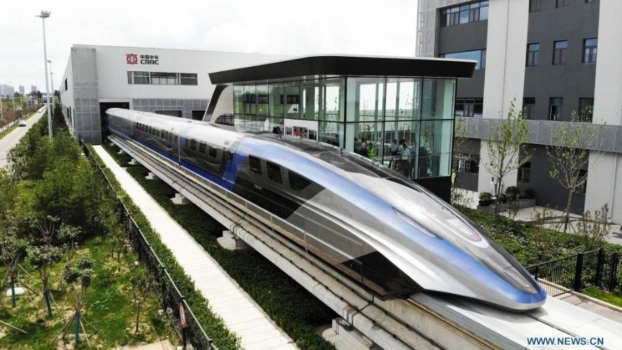 Foto aérea tirada em 20 de julho de 2021 mostra o novo sistema de transporte maglev da China, saindo da linha de produção - Xinhua/Divulgação