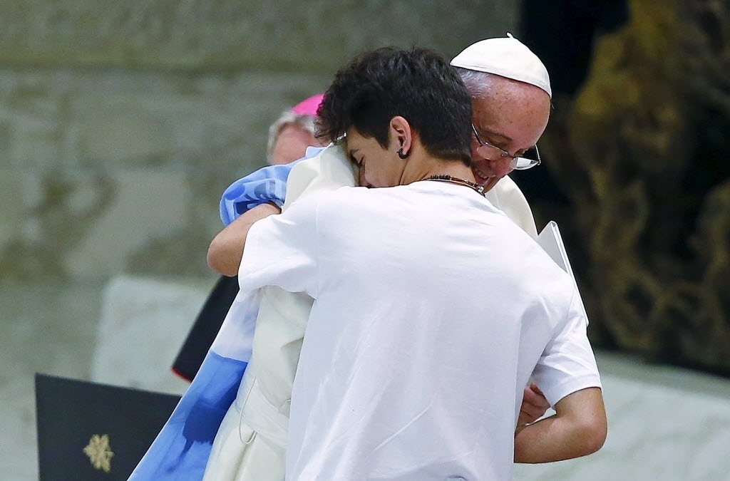 7.ago.2015 - Papa Francisco abraça um jovem argentino durante uma audiência especial com os membros da