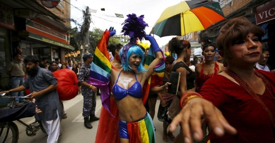 30.ago.2015 - Folião dança durante Parada Gay do Festival Gaijatra, também conhecido como o festival das vacas, em Katmandu, no Nepal