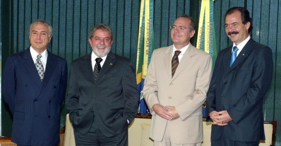 24.jun.2005 - Presidente Luiz Inácio Lula da Silva, senador Renan Calheiros, senador Aloizio Mercadante e o deputado Michel Temer durante reunião para discutir apoio do PMDB ao governo, no Pálacio do Planalto