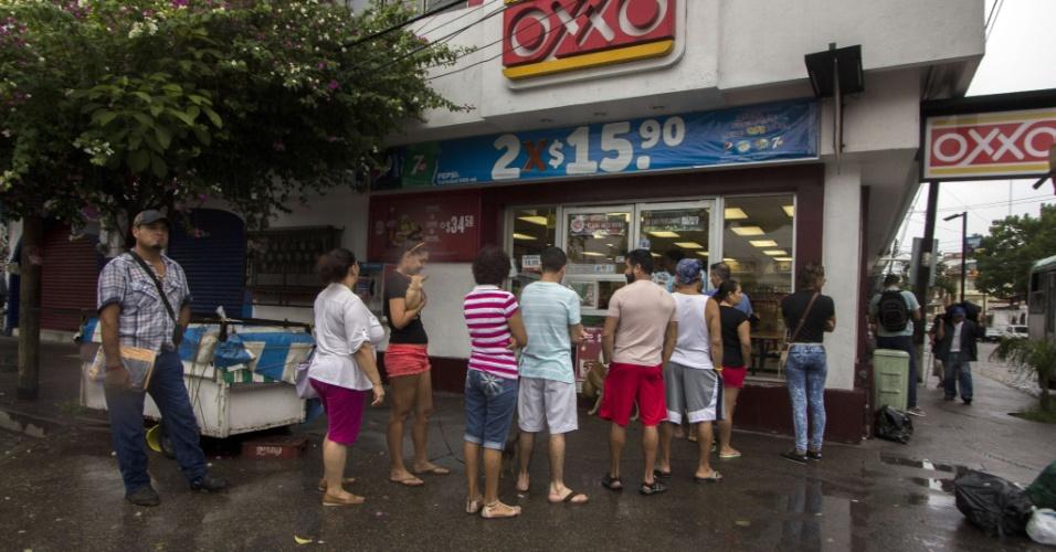 23.out.2015 - Moradores fazem fila para comprar comida e água antes da chegada do furacão Patricia em Puerto Vallarta, no México