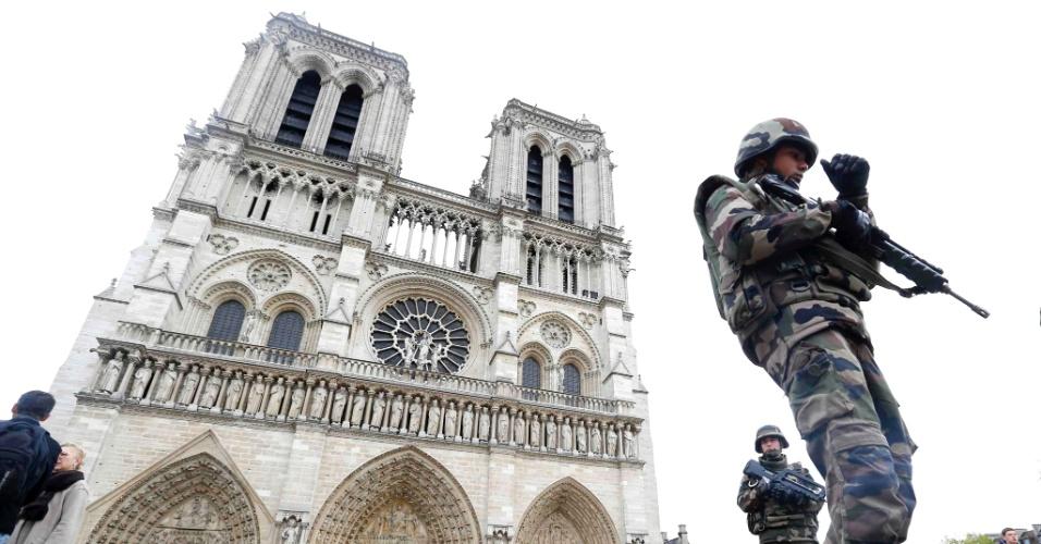 14.nov.2015 - Militares franceses fazem patrulha na catedral de Notre Dame neste sábado (14), um dia após os ataques terroristas à capital francesa que deixaram 127 mortos
