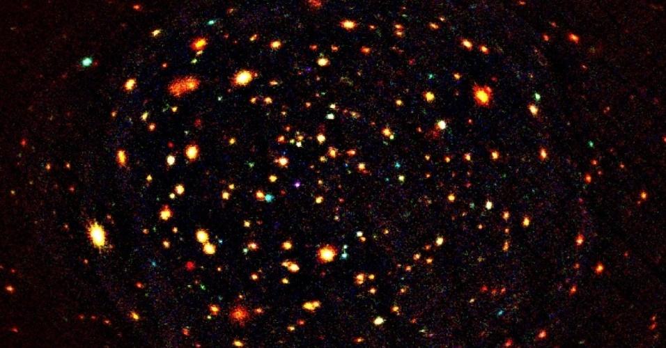LUZ DE RAIO-X - A imagem mostra parte do Buraco Lockman, um aglomerado de galáxias permeadas de gás quente que brilham através de raios-X. A luz lançada por algumas destas galáxias demoraria oito bilhões de anos para chegar até nós. A imagem foi captada pela sonda XMM-Newton, gerenciada pela Agência Espacial Europeia