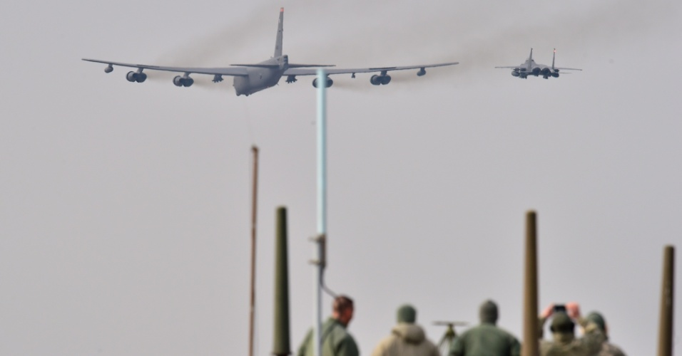 10.jan.2016 - Soldados americanos assistem ao deslocamento de um bombardeiro estratégico de longo alcance B-52 Stratofortress em direção à base de Osan, situada a cerca de 20 quilômetros ao sul de Seul. O posicionamento militar se deveu ao teste nuclear realizado na quarta-feira pela Coreia do Norte