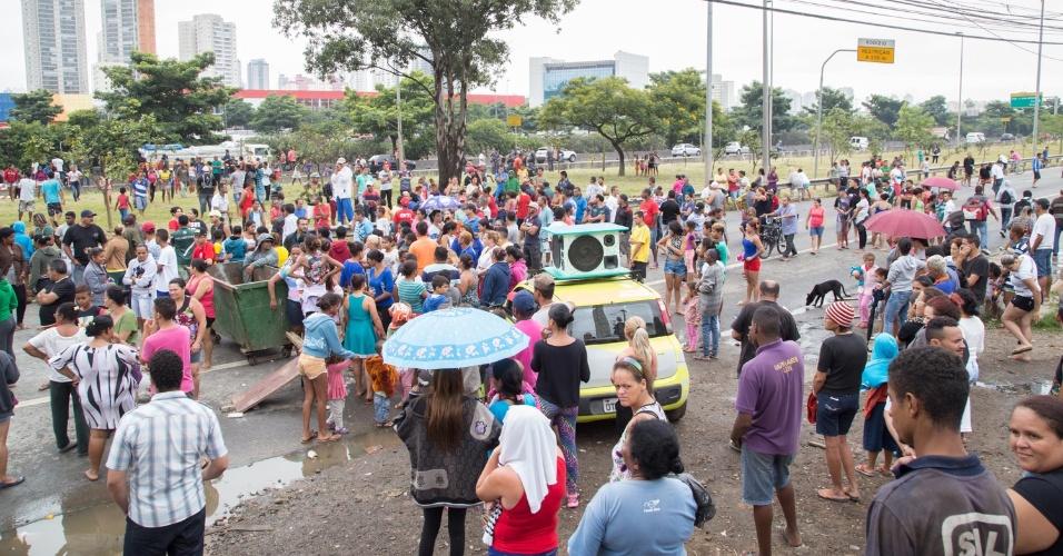 19.jan.2016 -Moradores da ocupação Douglas Rodrigues, no Parque Novo Mundo, zona norte de São Paulo, fecham pista da marginal Tietê em protesto contra o corte de energia elétrica na ocupação