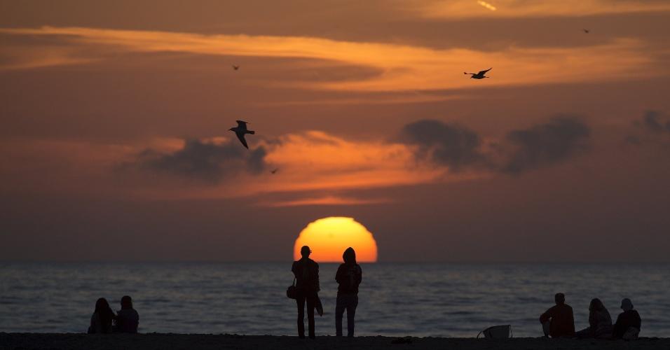 28.fev.2016 - O sol se põe em praia em Santa Mônica, Califórnia (EUA)