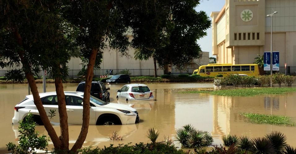 10.mar.2016 - Carros ficam ilhados no meio de rua inundada em Dubai, um dia uma forte tempestade atingir toda a região do golfo Pérsico, inundando partes dos Emirados Árabes Unidos e fazendo com que os voos fossem suspensos