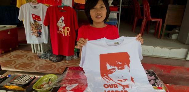 Vendedora exibe camisetas com imagem da líder birmanesa Aung San Suu Kyi, em Yangon (Mianmar)