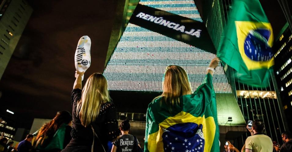16.jan.2016 - Prédio da Fiesp (Federação das Indústrias do Estado de São Paulo) exibe bandeira do Brasil com faixa em que pede a renúncia da presidente Dilma Rousseff (PT)