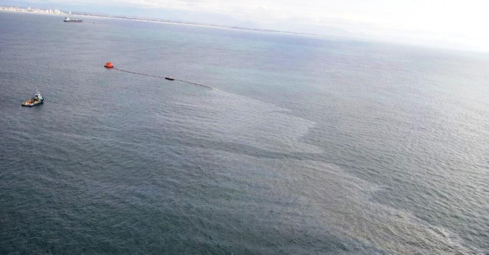 7.abr.2016 - As autoridades estão investigando o vazamento de óleo responsável por uma imensa mancha no litoral norte do Rio Grande do Sul. O incidente ocorreu entre a noite de ontem e a madrugada desta quinta-feira (7) e está sendo tratado como uma emergência