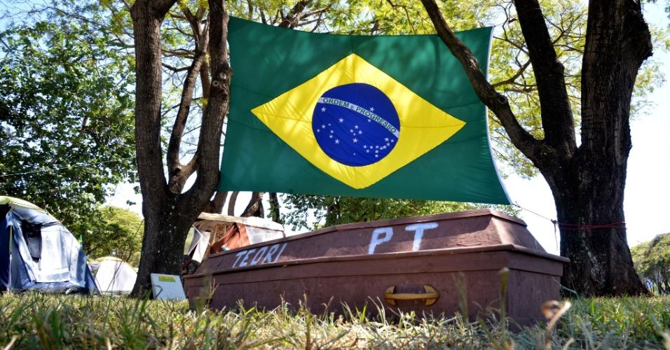 15.abr.2016 - Manifestantes que acampam no Parque da Cidade, em Brasília, protestaram a favor do impeachment da presidente Dilma Rousseff com um caixão. Nele, escreveram PT (Partido dos Trabalhadores) e Teori -- em referência ao ministro do Supremo Tribunal Federal Teori Zavascki, que determinou que o juiz Sergio Moro encaminhasse para o tribunal todas as investigações envolvendo o ex-presidente Lula na Lava Jato